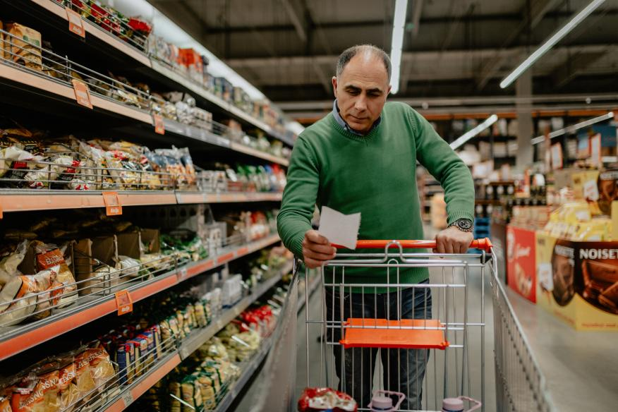 Hombre comprando en el supermercado
