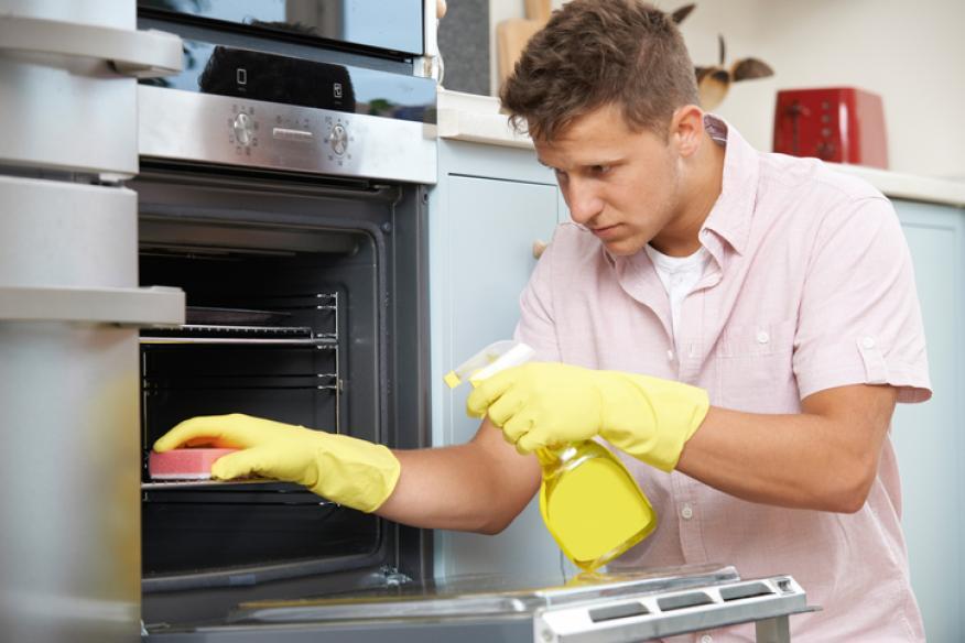 Hombre limpiando el horno.