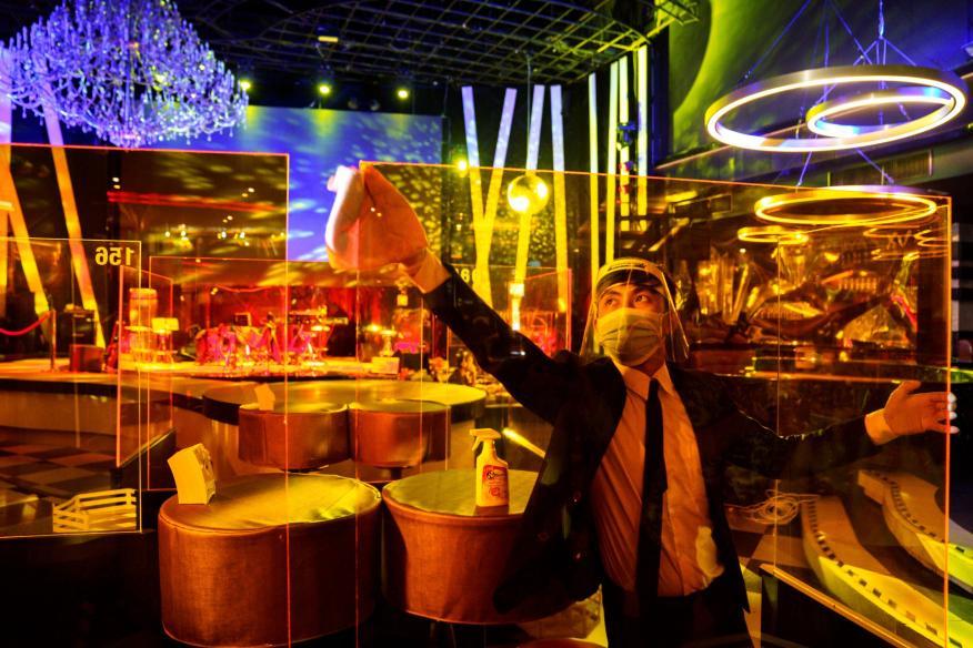 Un hombre limpiando el interior de una discoteca durante el coronavirus