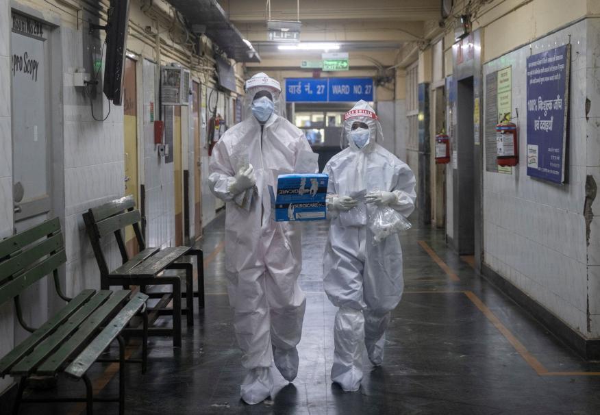 Médicos tratan el COVID-19 en un hospital en la India.