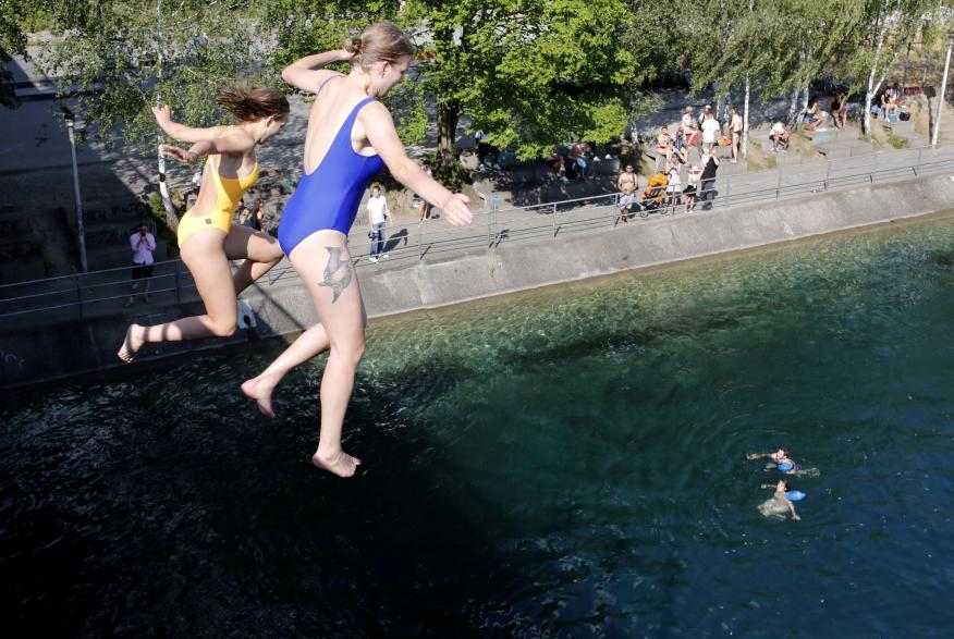 Dos mujeres se tiran desde un puente al río Limmat, en Zurich, Suiza.