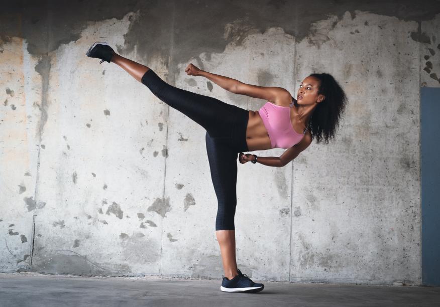 Una mujer joven haciendo deporte en la calle
