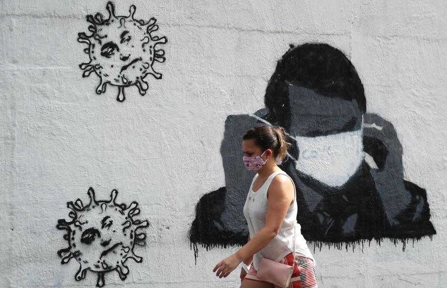 Mujer pasea con mascarilla