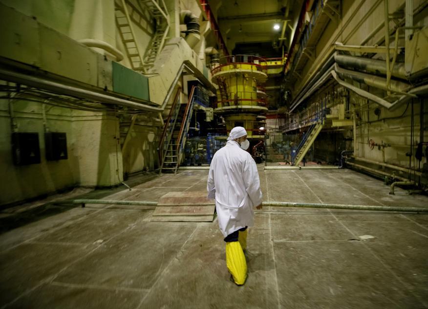 Un operario en el tercer reactor de la planta nuclear de Chernóbil