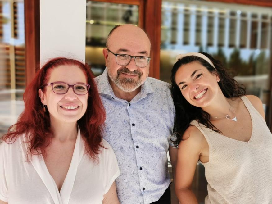 Pablo Escribá junto a la directora de investigación Paula Fernández y directora científica Victoria Lladó