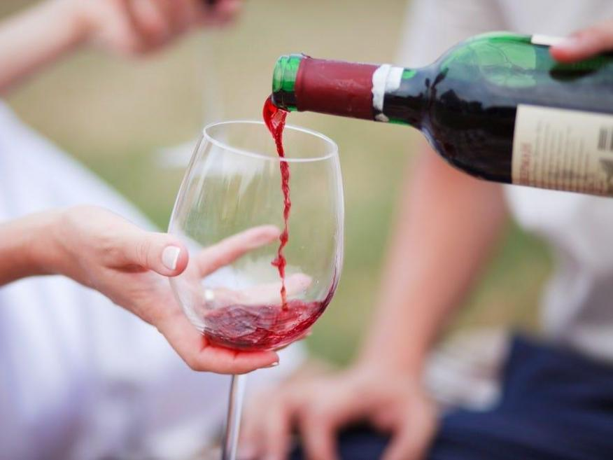¿El vino tinto es bueno para tu corazón? Sí, pero solo con moderación: esto es cuánto debes beber.
