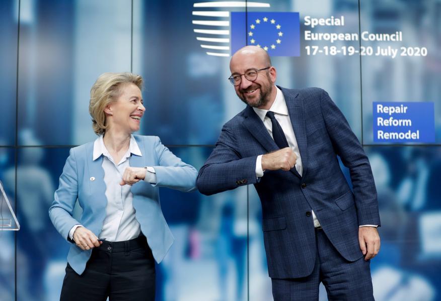 Ursula von Der Leyen, presidenta de la Comisión Europea, y Charles Michel, presidente del Consejo Europeo, se felicitan tras el anuncio del acuerdo en la UE para el fondo de reconstrucción del coronavirus.