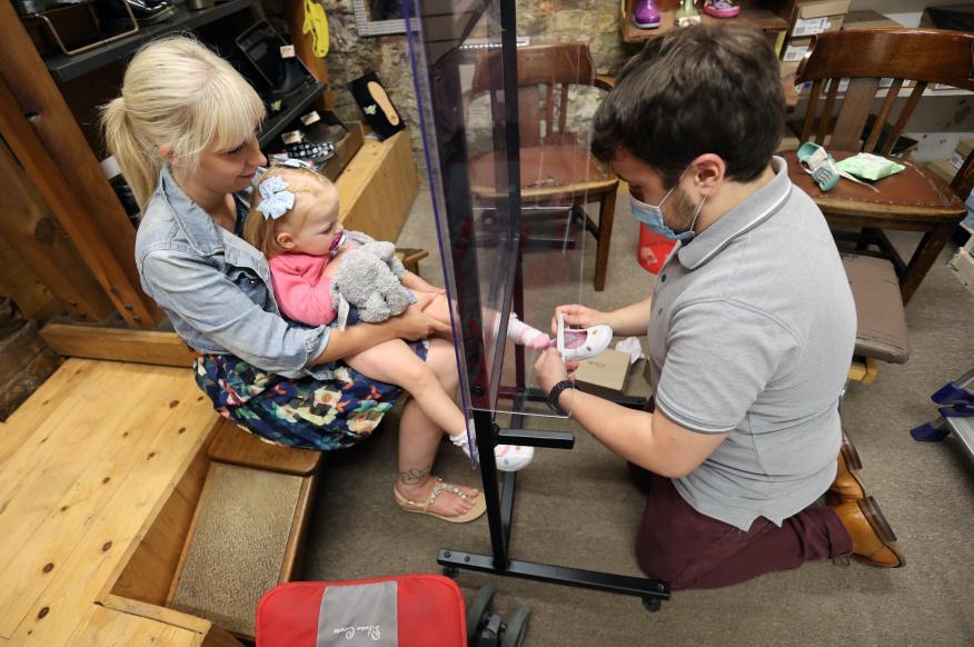 Una zapatería de niños con medidas de seguridad por la COVID-19