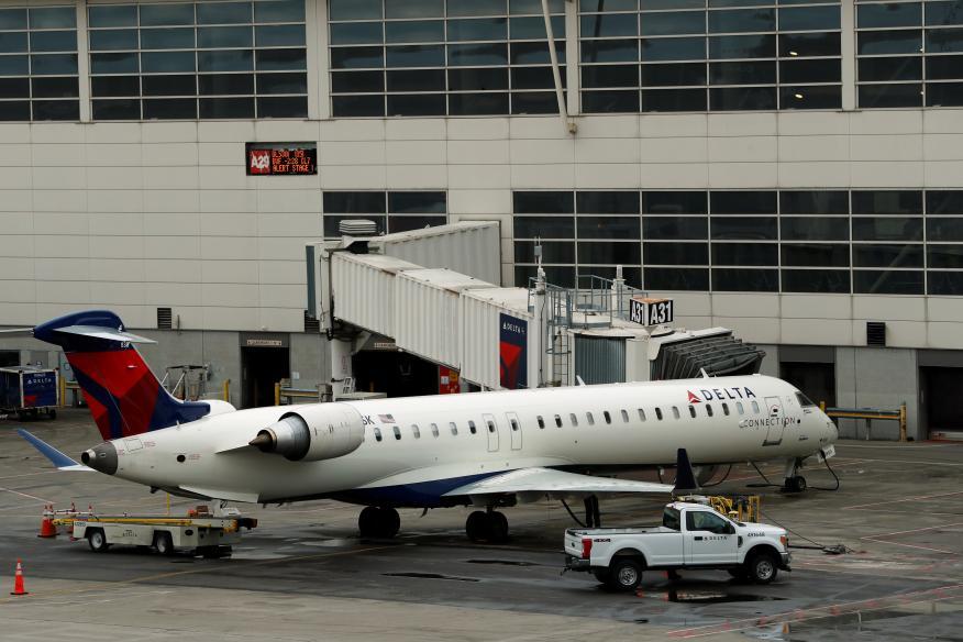 Un avión de de Delta aparcado en el Aeropuerto Internacional de Detroit, en Michigan, EEUU.