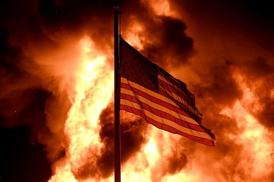 Una bandera de Estados Unidos en llamas por las protestas raciales en Estados Unidos