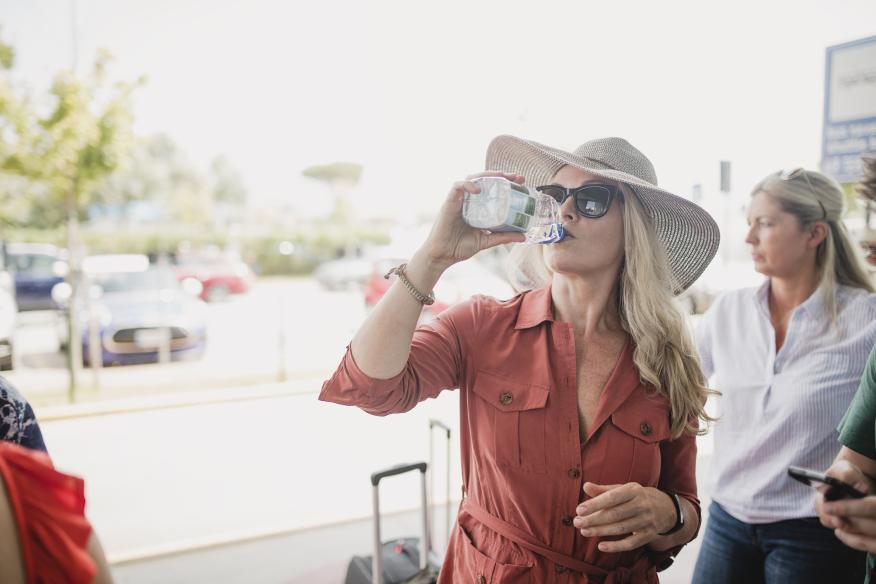 Beber agua embotellada en una botella de plástico.