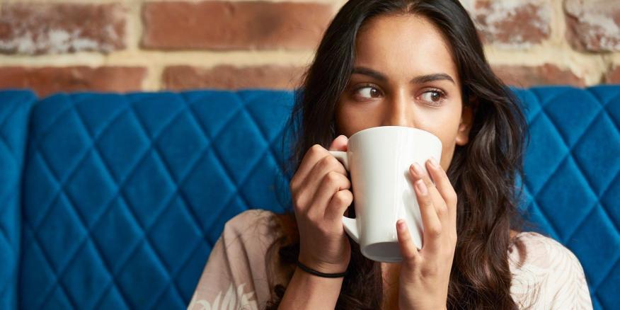 La cafeína es un estimulante del sistema nervioso central que se encuentra en el café y en los refrescos.