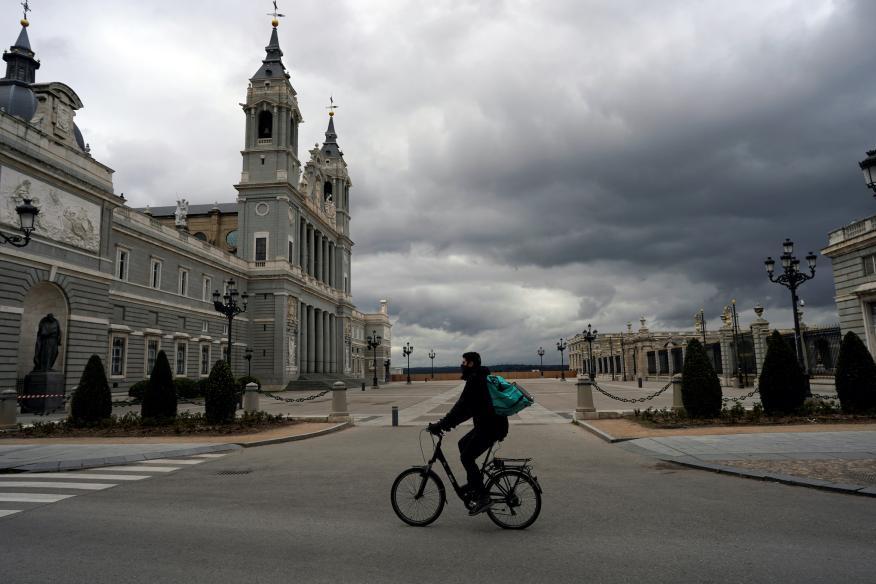 Un ciclista en Madrid.