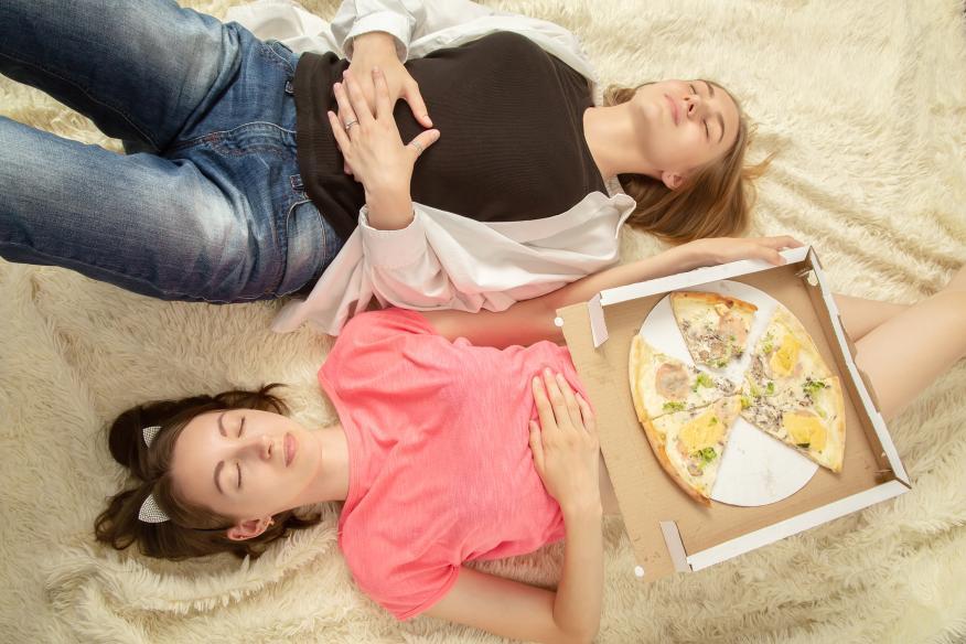 Comer en exceso.
