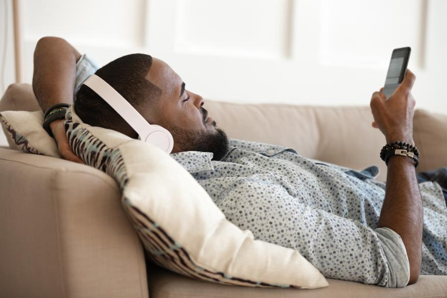 Un hombre utiliza el Bluetooth de su móvil.