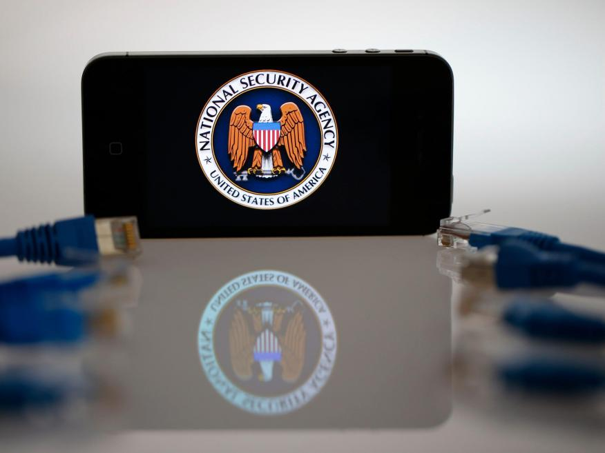 Una ilustración muestra el logo de la Agencia de Seguridad Nacional de los Estados Unidos en la pantalla de un iPhone en Berlín, el 7 de junio de 2013