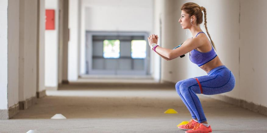 Es importante dominar la sentadilla básica para obtener beneficios para la salud de manera efectiva.