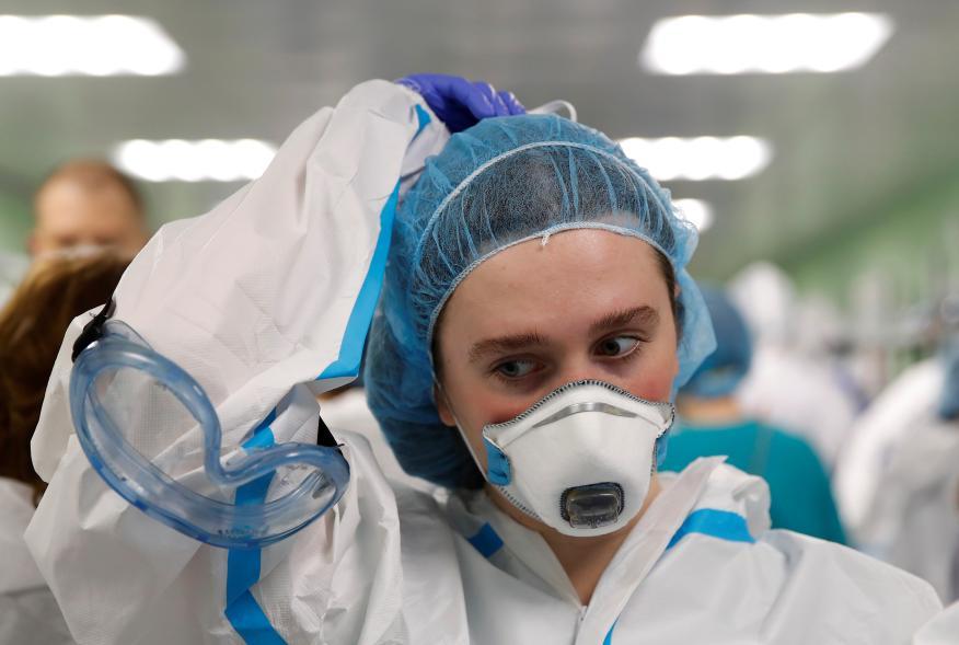 Médicos rusos equipados con trajes de protección durante la pandemia de coronavirus