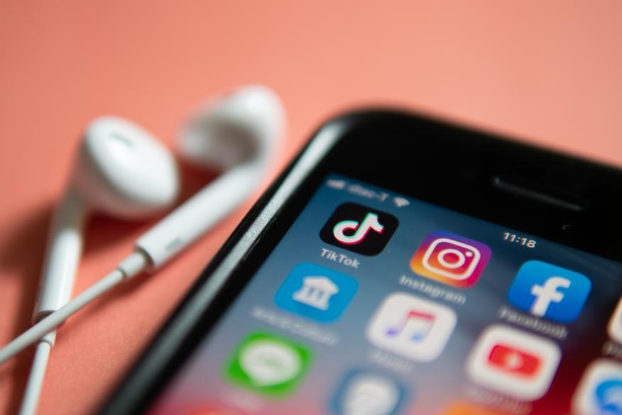Un movil mostrando las aplicaciones de TikTok, Instagram y Facebook