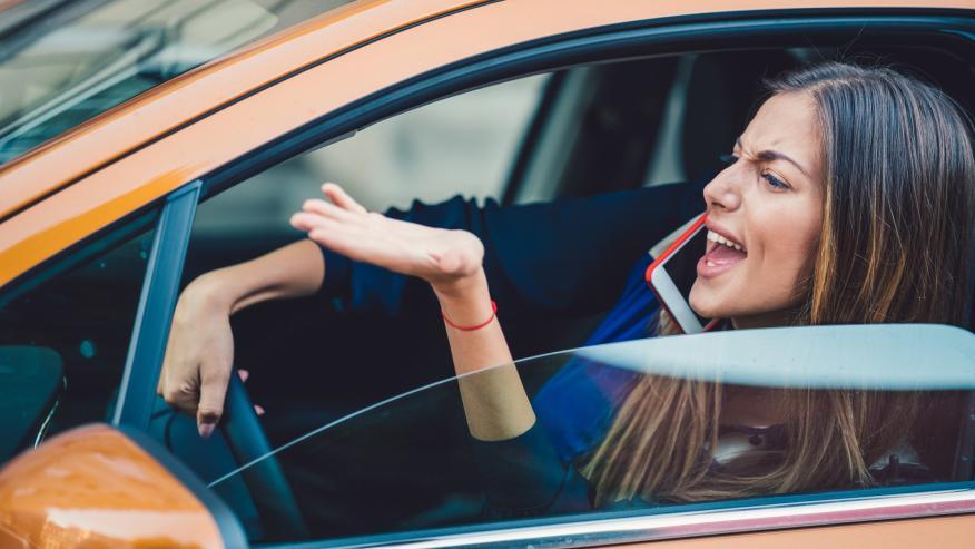 Mujer gritando en un coche.