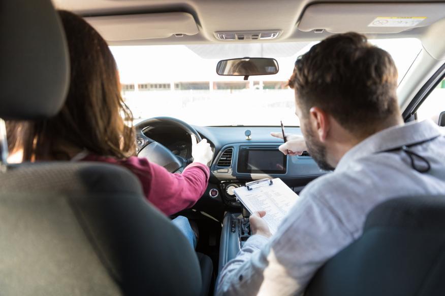 Una mujer haciendo prueba de conducir.