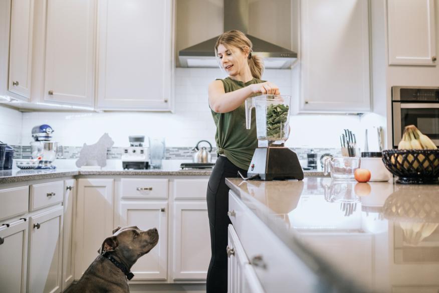 mujer-perro-cocina-haciendo-batido-espinacas-2045015
