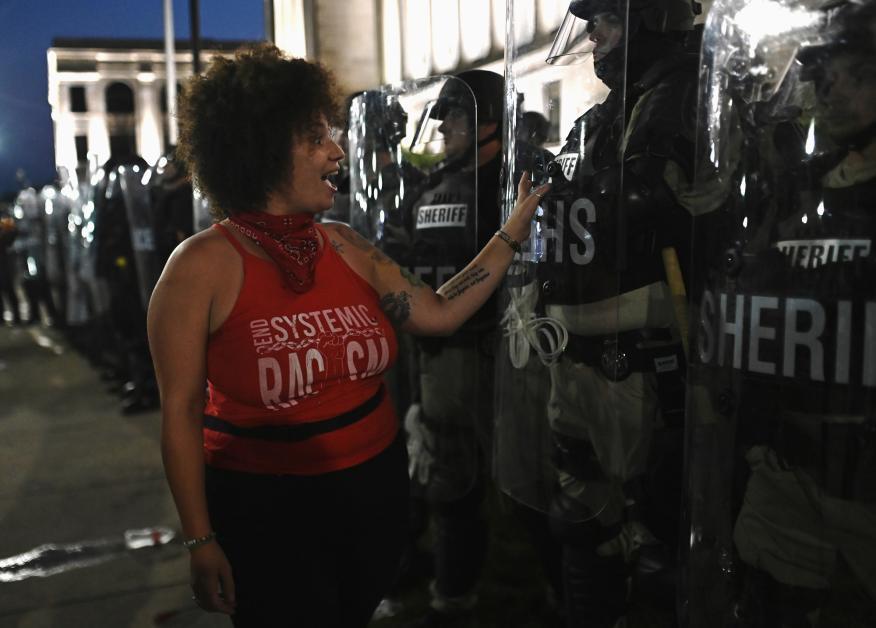 Una mujer ante la policía durante una protesta por la muerte de Jacob Blake en Kenosha (Wisconsin, Estados Unidos).