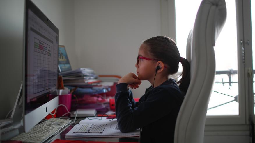 Una niña asiste a una clase virtual desde casa por el confinamiento provocado por el COVID-19.