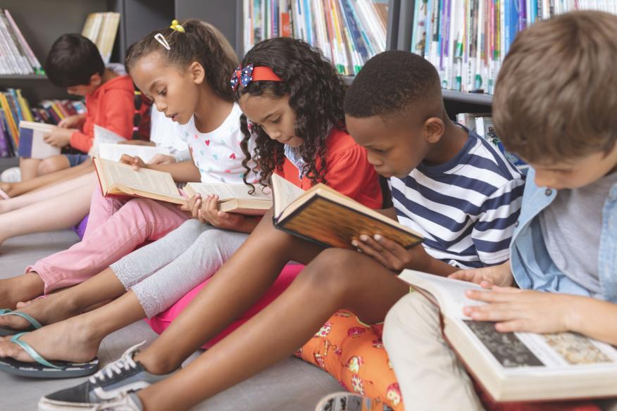Niños leyendo en el suelo