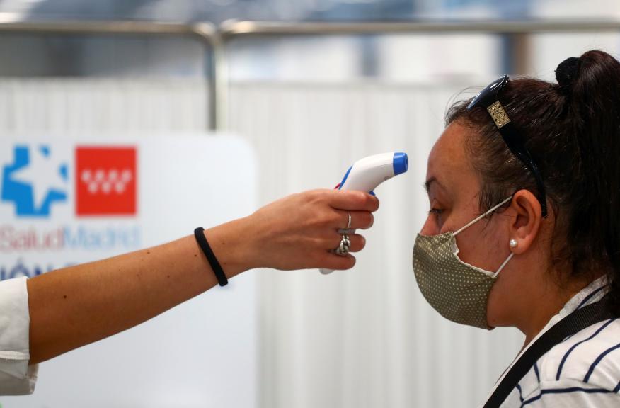 Registran la temperatura de una mujer en Madrid en plena crisis del coronavirus.