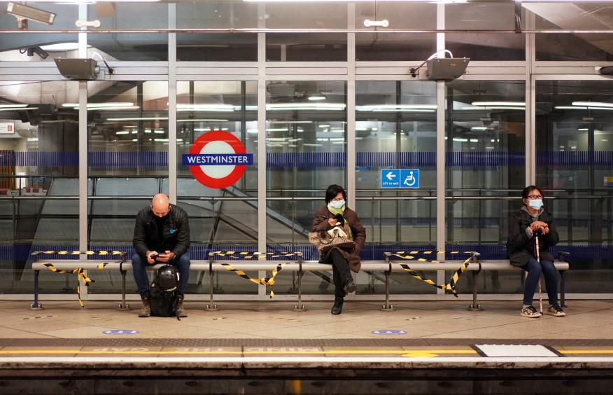 Usuarios del metro de Londres llevando mascarillas.