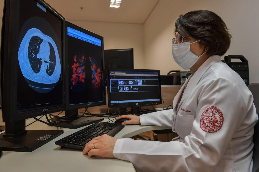 Claudia da Costa Leite, profesora de radiología de la Universidad de Sao Paulo, examinando tomografías de pulmones el 29 de julio de 2020.