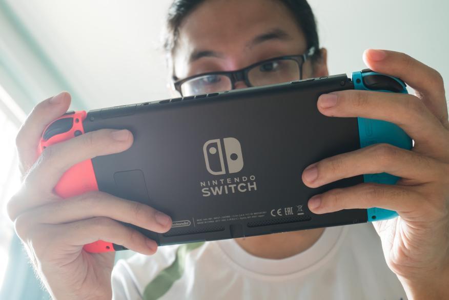 Hombre jugando a la Nintendo Switch