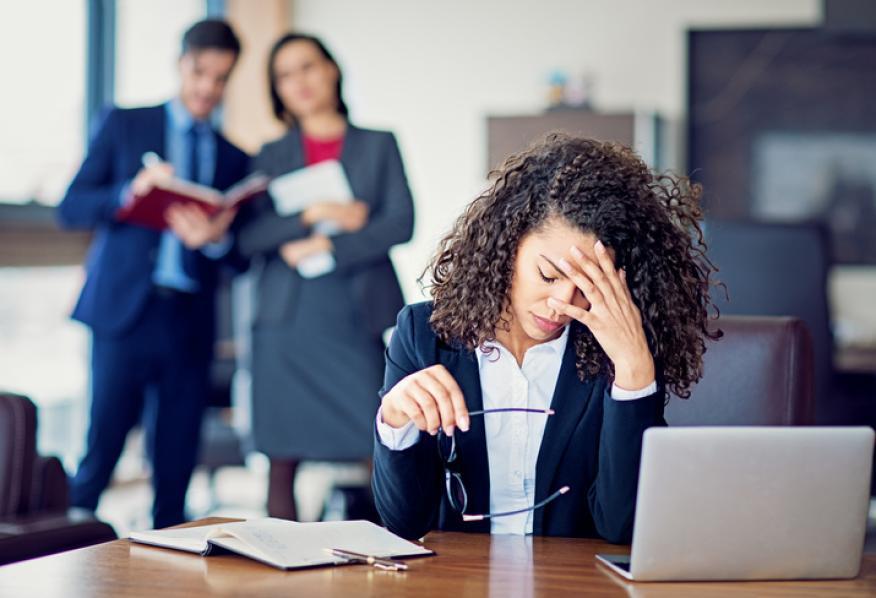 Mujer estresada en el trabajo.