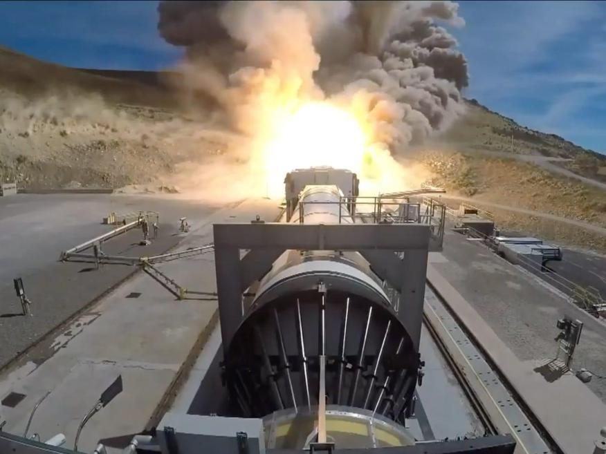 La Nasa y Northrop Grumman llevaron a cabo este miércoles la anunciada prueba de refuerzo a gran escala para el cohete Space Launch System (SLS) en Promontory, Utah.