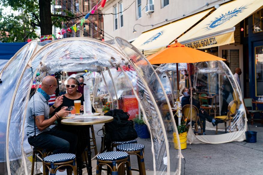 Pareja en un bar burbuja en Nueva York, Estados Unidos.