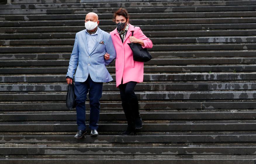 Una pareja con mascarillas en Bruselas