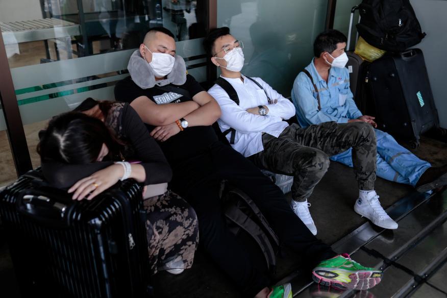 Turistas duermen en el aeropuerto internacional de Filipinas