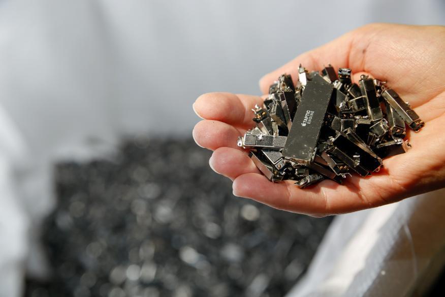 Componentes del iPhone de Apple en una planta de reciclaje.