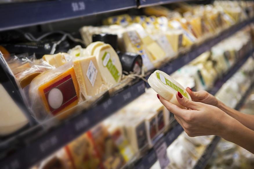 Comprar queso en el supermercado.