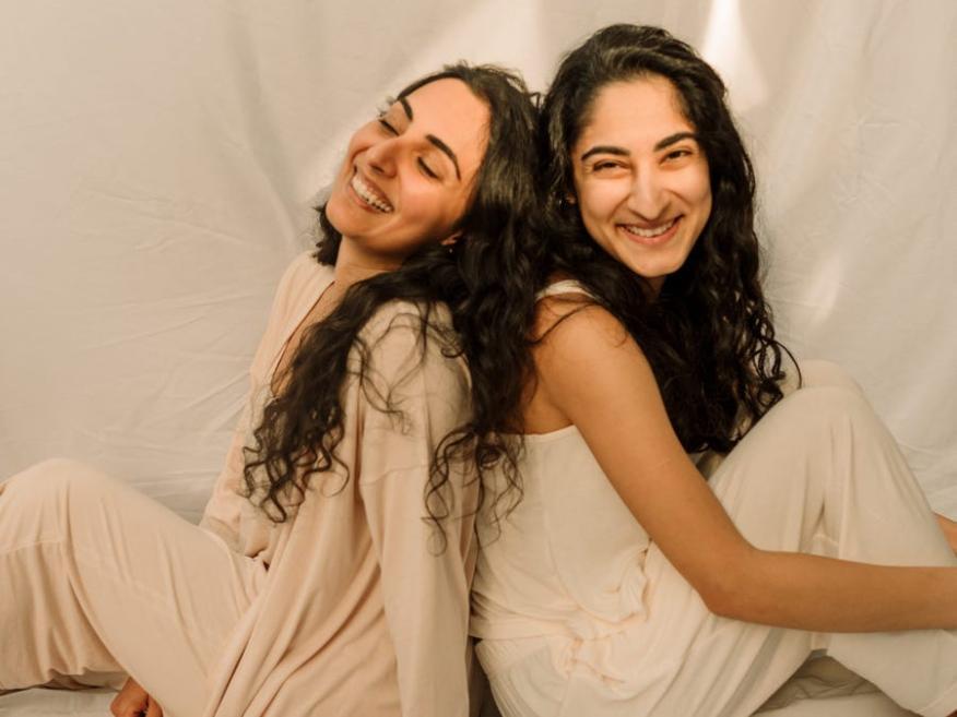 La directora general de Samara, Salima Visram, a la derecha, y su hermana Samara, a la izquierda.