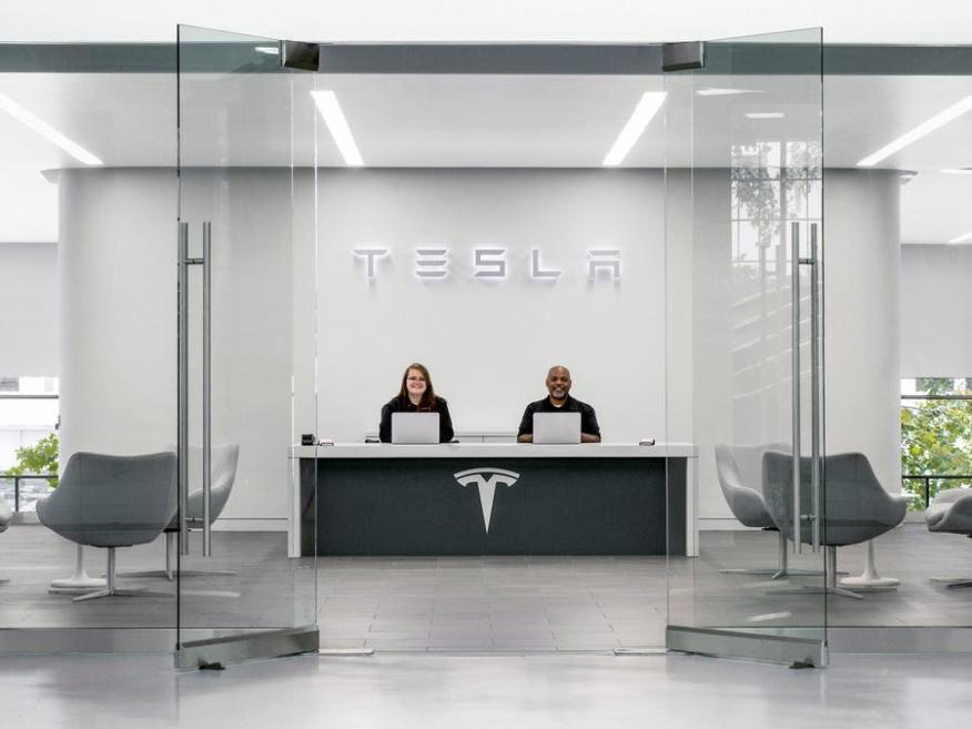 Empleados en la sede de Tesla