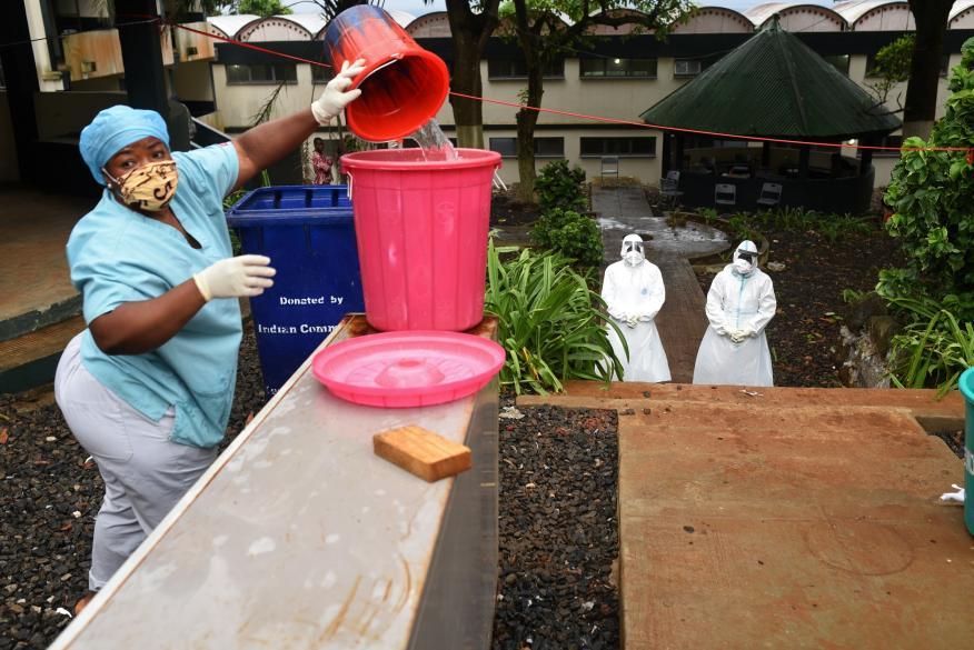 Una enfermera en un hospital de Freetown (Sierra Leona)