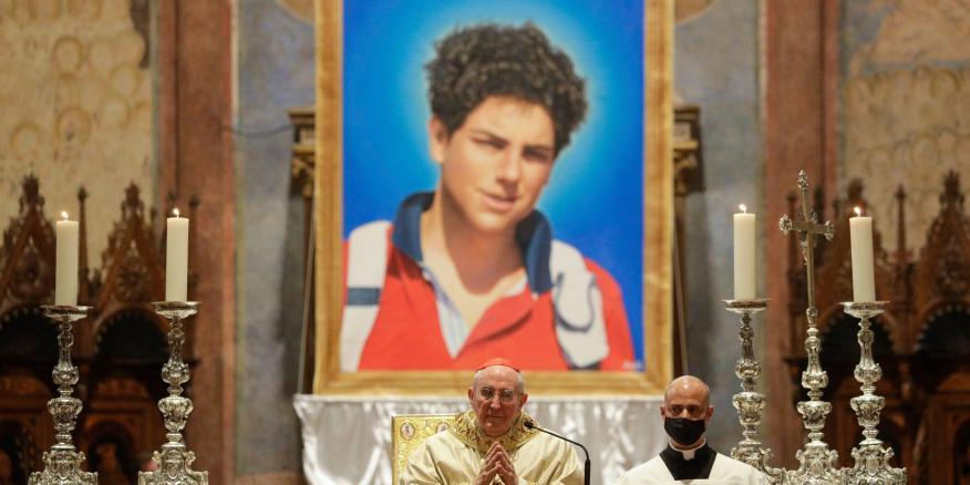 Una imagen de Carlo Acutis de 15 años, un niño italiano que murió en 2006 de leucemia, durante su ceremonia de beatificación en Italia.