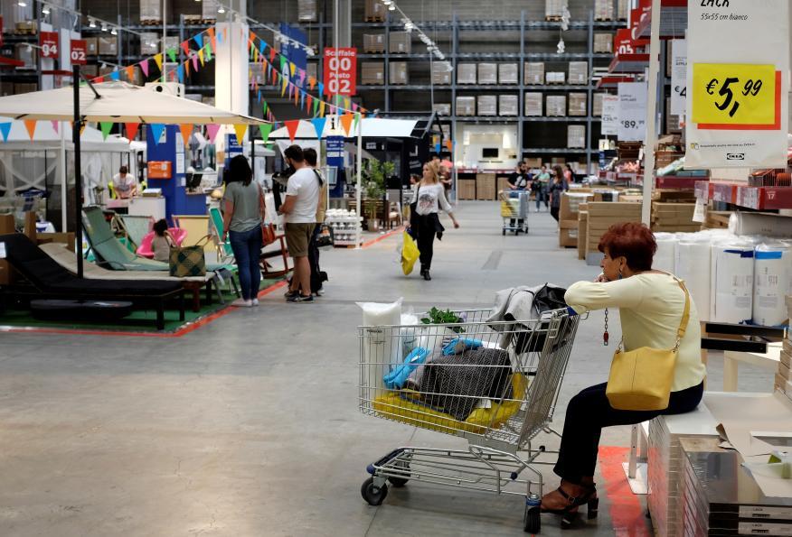 Mujer en Ikea