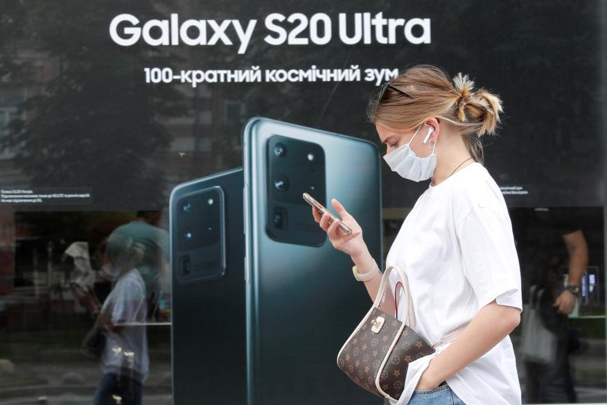 Una mujer pasa por delante de una tienda de Samsung en Kiev (Ucrania)