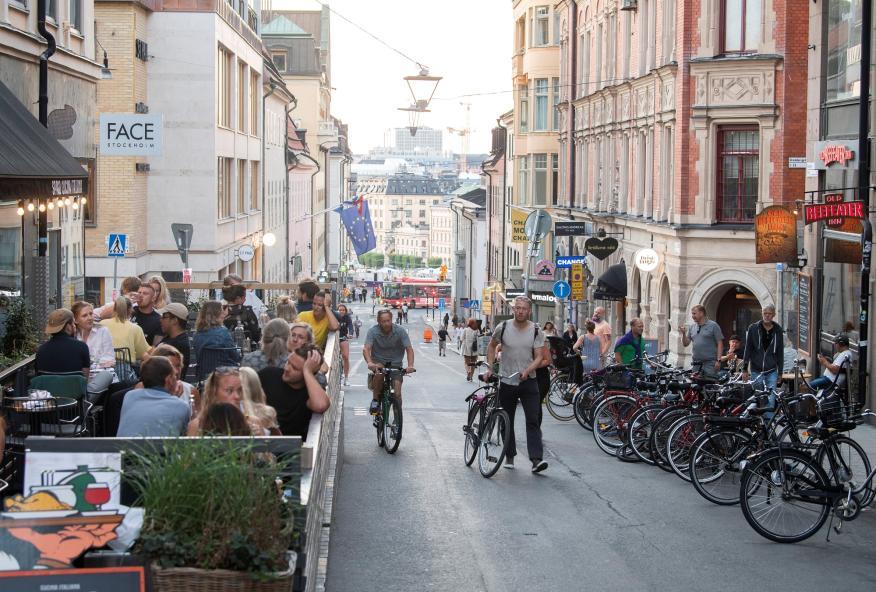 Personas consumiendo en el mercado de Sodermalm, en Estocolmo (Suecia).