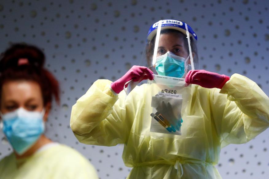 Una sanitaria con un traje protector durante la pandemia del coronavirus