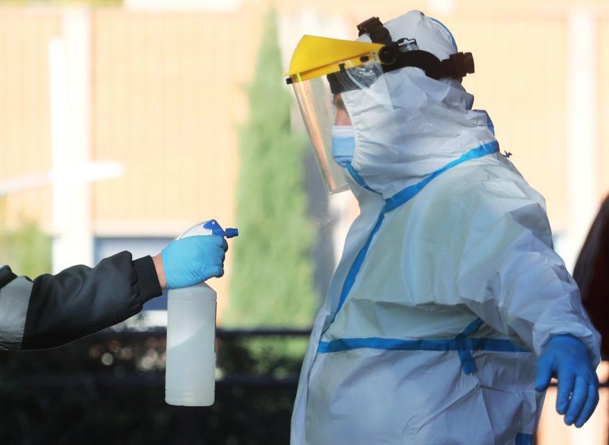 Un trabajador sanitario con un equipo protector durante la pandemia del coronavirus