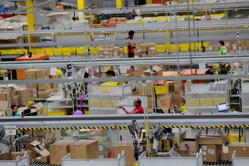 Trabajadores de un almacén de Amazon